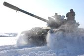 新华网消息:在天寒地冻、风驰雪舞的恶劣天气下,沈阳军区某装甲团坦克分队老驾驶员们帮带着新乘员驱车练习...