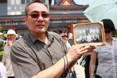 罗京追悼会现场,三十年前老同学前来送行。前方报道组/图文。
