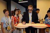 8月23日,国际奥委会主席罗格来到五棵松棒球场,观看北京奥运会棒球铜牌争夺赛。新华社/摄