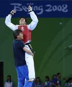 8月23日,在北京奥运会跆拳道男子80公斤以上级决赛中,韩国选手车东�F获得冠军。新华社/摄