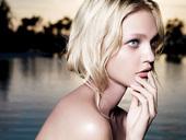 """模特界有""""精灵名模""""之称的SASHA Pivovarova日前为某品牌拍摄广告写真,充份展现感性一面..."""