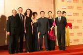 搜狐娱乐讯 第12届上海国际电影节闭幕,影片代表亮相闭幕式红毯。(搜狐娱乐前方报道组报道)