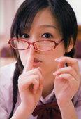 现年16岁(1992年出生)的日本偶像组合早安少女久住小春12岁时败两万多名对手加入组合,长相十分可...