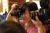 8月22日,记者们稀奇古怪的摄影姿势。搜狐体育 原生猪/摄