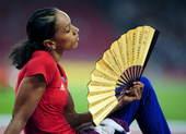 8月22日,女子跳远决赛在国家体育场进行。赛场边休息的运动员对中国传统折扇情有独钟。