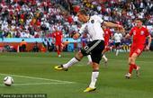 北京时间6月27日22点,第19届南非世界杯1/8决赛上演巅峰对话。德国队在布隆方丹自由州球场与英格...